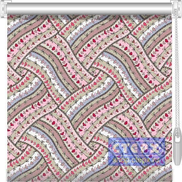 Штора рулонная с цепочным приводом «Мини», коллекция «Узелки на память» Ткани из коллекции «Узелки на память» полузатеняющие, с рисунком в виде переплетающихся лент, на которых изображен орнамент из сплетенных сердечек и узелков. 2 тона расцветки ткани. 2 цвета фурнитуры. 6 вариантов отделки нижнего края.
